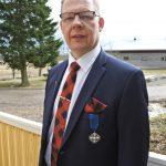 Sami huhtikuussa 2018 rintapielessään Tasavallan Presidentin 2017 myöntämä Suomen Valkoisen Ruusun ritarikunnan ansioristi.