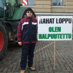 Sami kyltin kanssa viljelijöiden traktorimarssilla Senaatintorilla Helsingissä  11.03.2016